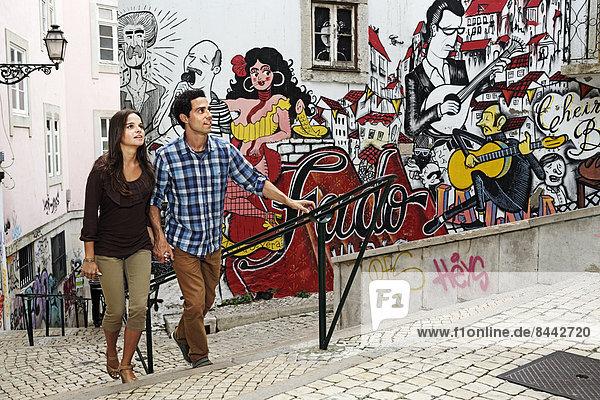 Portugal  Lisboa  Mouraria  junges Paar vor Wandmalerei