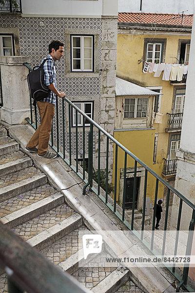 Portugal  Lisboa  Mouraria  junger Mann an der Treppe stehend
