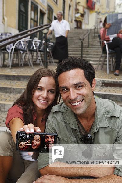 Portugal  Lisboa  Carmo  Calcada du Duque  junges Paar mit Selbstporträt