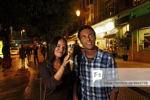 Portugal  Lisboa  Baixa  Rossio  Praca Dom Pedro IV  junges Paar unterwegs bei Nacht