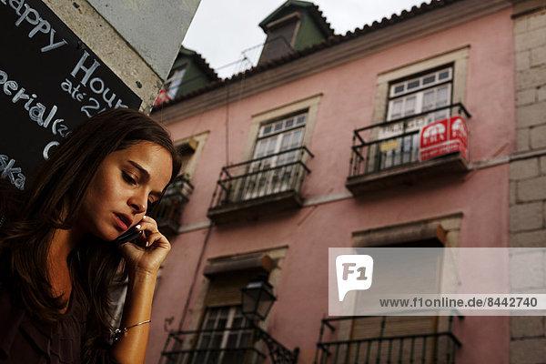 Portugal  Lisboa  Bairro Alto  junge Frau beim Telefonieren