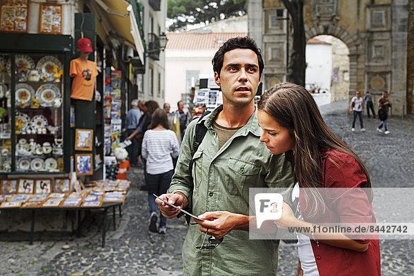 Portugal  Lisboa  Baixa  Rossio  junges Paar beim Betrachten der Postkarte
