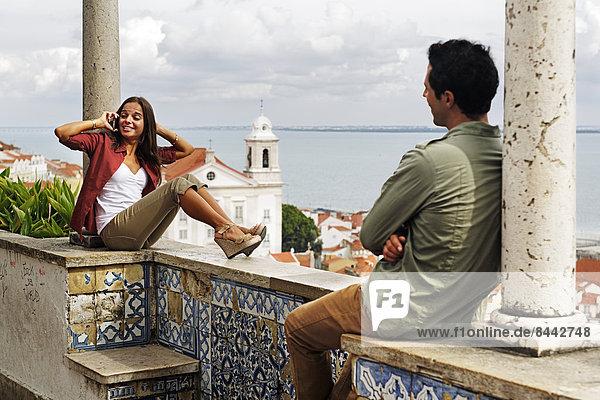 Portugal  Lisboa  Alfama  Miradouro de Santa Luzia  junge Frau beim Telefonieren