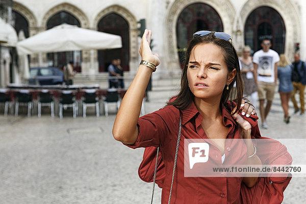 Portugal  Lisboa  Baixa  Rossio  junge Frau bei der Orientierung