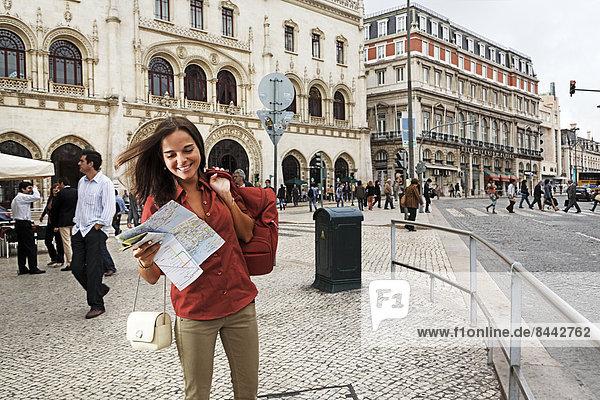 Portugal  Lisboa  Baixa  Rossio  lächelnde junge Frau mit Stadtplan