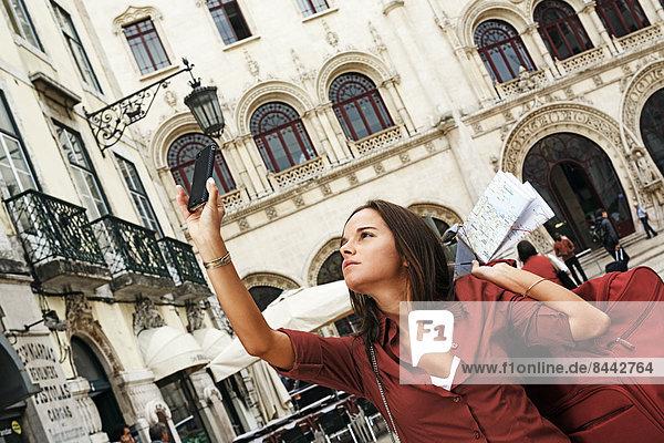 Portugal  Lisboa  Baixa  Rossio  junge Frau beim Fotografieren