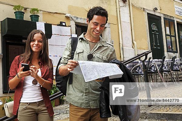 Portugal  Lisboa  Carmo  Calcada du Duque  junges Paar mit Stadtplan zur Orientierung