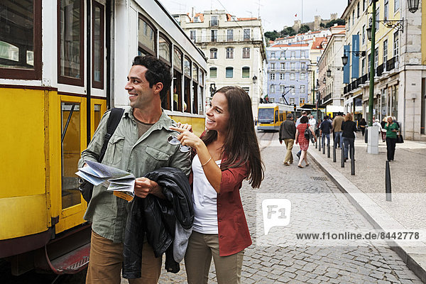 Portugal  Lisboa  Baixa  Rossio  junges Paar mit Stadtplan vor der Straßenbahn