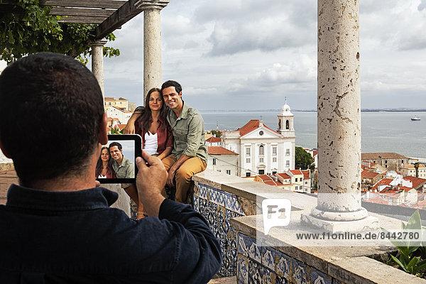 Portugal  Lisboa  Alfama  Miradouro de Santa Luzia  jemand macht ein Foto von einem jungen Paar.