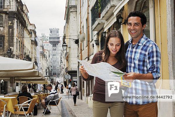 Portugal  Lisboa  Baixa  Rua Santa Justa  junges Paar mit Stadtplan vorne Elevador Santa Justa