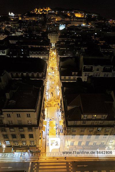 Portugal  Lisboa  Baixa  erhöhter Blick auf die beleuchtete Rua de Santa Justa bei Nacht
