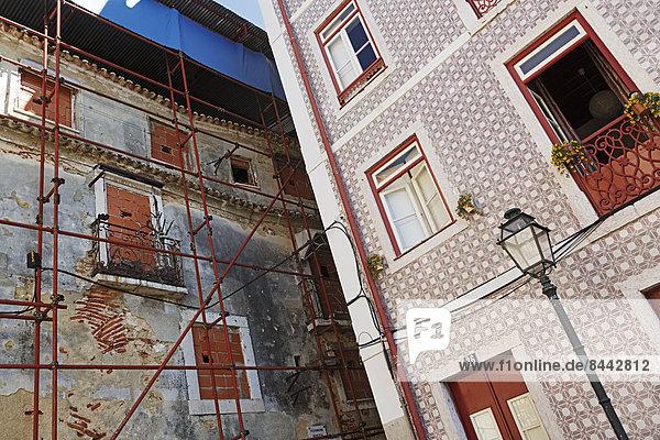 Portugal  Lissabon  Alfama  Fassaden eines verfallenen und renovierten Wohnhauses