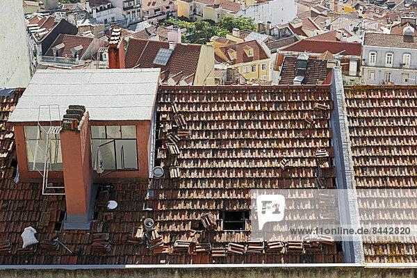 Portugal  Lissabon  Blick vom Miradouro de Nossa Senhora do Monte auf ein altes Dach