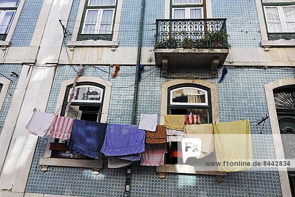 Portugal  Lissabon  Mouraria  Teil der Hausfassade mit Trockenwäsche
