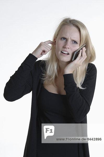 Verärgerte junge Frau am Telefon