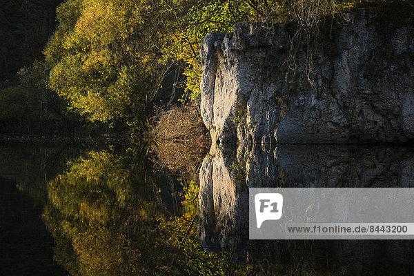 Deutschland  Baden Württemberg  Blick auf den Naturpark Obere Donau  Wasserspiegelung im Herbst Deutschland, Baden Württemberg, Blick auf den Naturpark Obere Donau, Wasserspiegelung im Herbst
