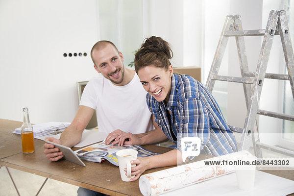 Junges Paar zieht in ein neues Zuhause  macht eine Pause
