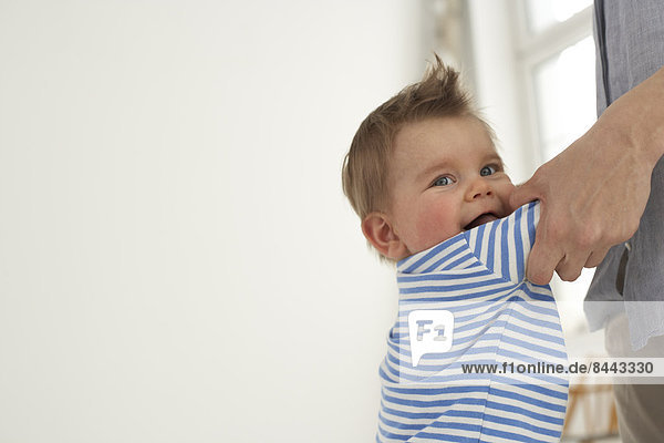Baby Junge Hand in Hand mit seiner Mutter