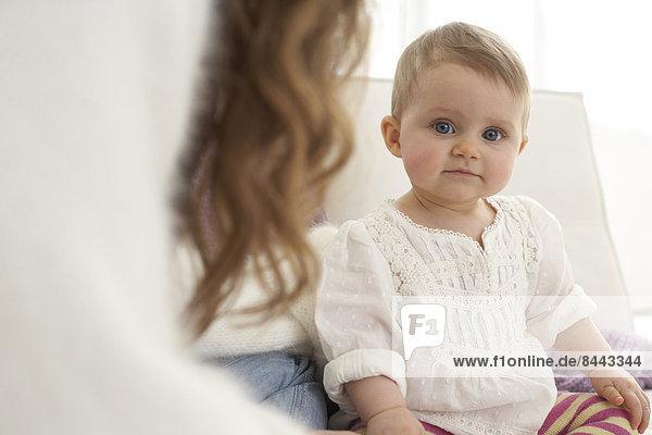 Kleines Mädchen schaut in die Kamera