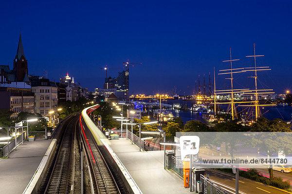 Deutschland  Hamburg  Schiffe auf der Elbe und fahrender Zug bei Nacht