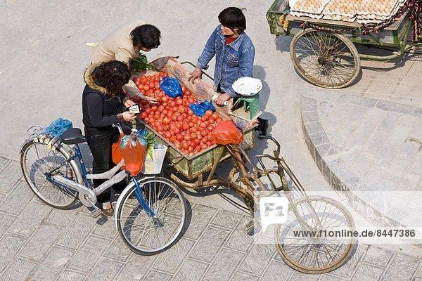 Frau  Straße  Fuhrwerk  kaufen  Tomate  China  Markt  Xian