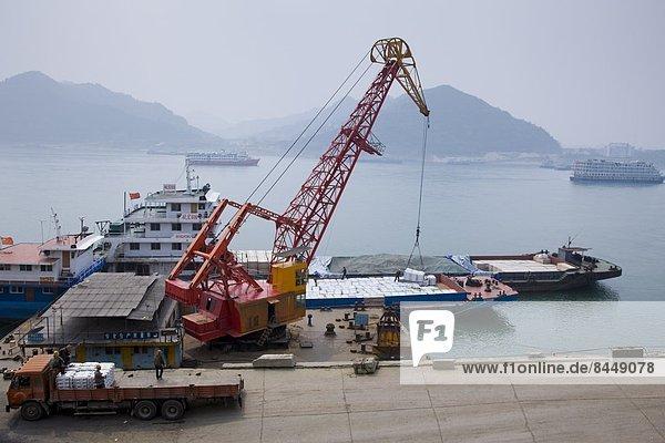 Kranich  beladen  heben  Dock  Schiff  Ladung  China  Turmkran