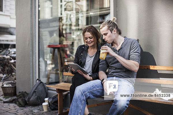 Koppelung mit einem digitalen Tablett auf einer Bürgersteigbank