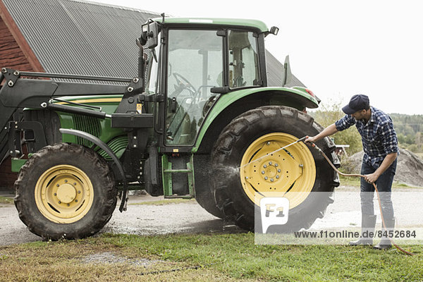 Durchgehendes Traktorrad mit Schlauch in der Landwirtschaft
