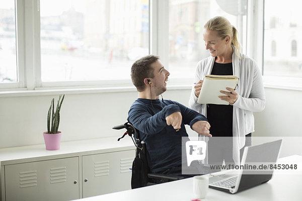 Behinderter Geschäftsmann im Gespräch mit Amtskollege