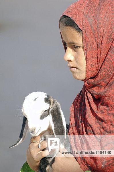 Junges Beduinen-Mädchen mit Ziege  Hurghada  Ägypten