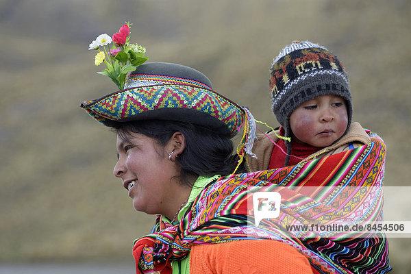 Junge Frau mit Kind im Tragetuch  Union Potrero  Quispillacta  Ayacucho  Peru