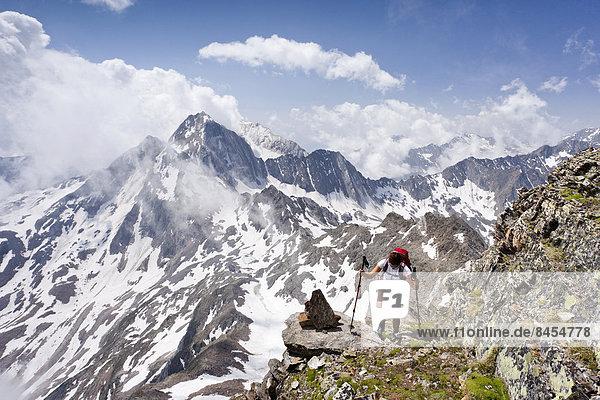 Wanderer beim Aufstieg zur Hohen Wilden  hinten die Hohe Weiße  Schnalstal  Südtirol  Italien