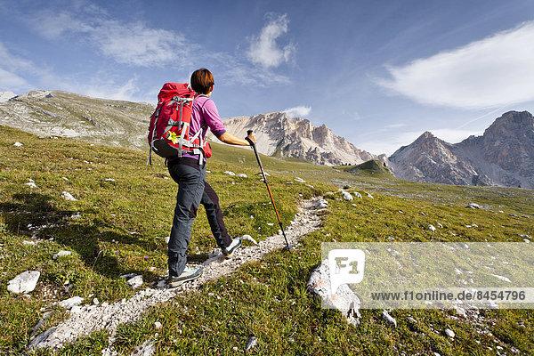 Bergsteigerin bei Kleinfanes  beim Aufstieg auf die Neunerspitze  Sas Dales Nu  in der Fanesgruppe  Naturpark Fanes-Sennes-Prags  hinten Antoniusspitze und Eisengabelspitze  Gadertal  Dolomiten  Südtirol  Italien