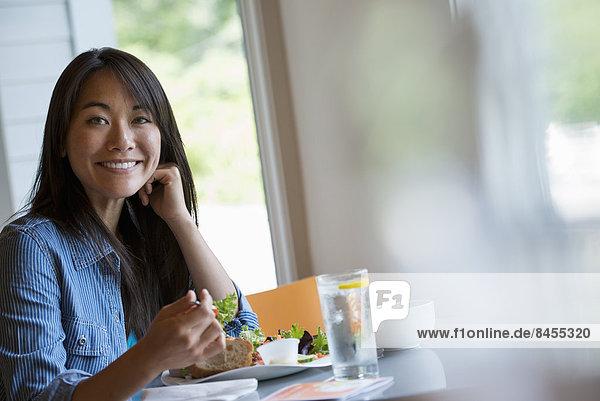sitzend  Frau  Cafe  essen  essend  isst