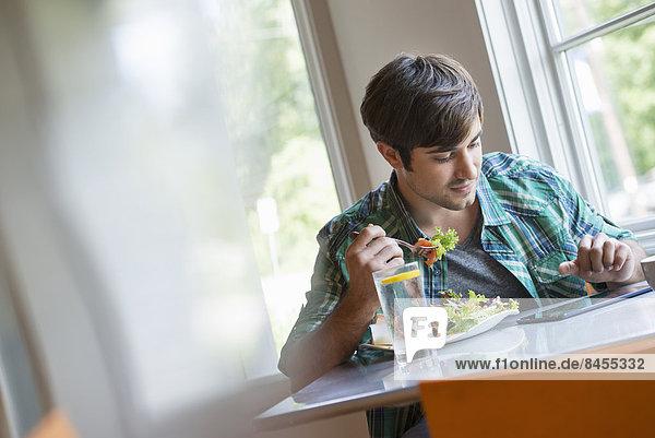 benutzen  Mann  jung  Tablet PC