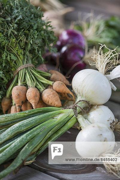 Frisch gepflücktes Gemüse auf einem Schneidebrett.