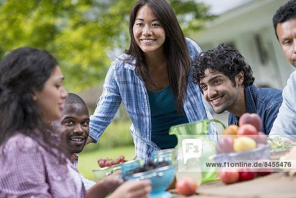 Außenaufnahme 4 Mensch Menschen Party Sommer Tisch freie Natur
