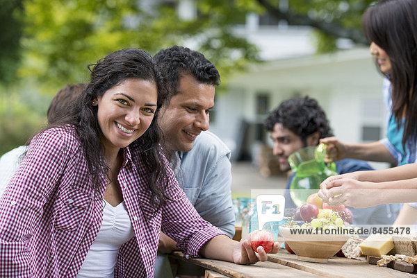 Außenaufnahme Freundschaft Party Sommer Tisch freie Natur