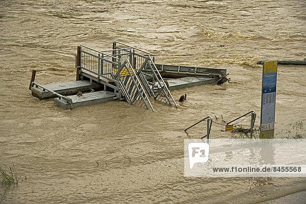 Hochwasser  Schiffsanlegestelle  Donau  Ulm  Baden-Württemberg  Deutschland