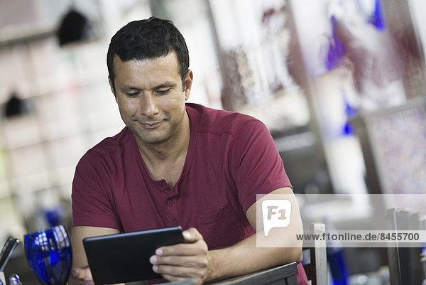 sitzend  benutzen  Mann  Innenaufnahme  Cafe  Tablet PC