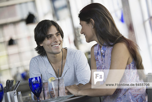 Das Innere eines Cafés. Ein Paar  das an einem Tisch sitzt.