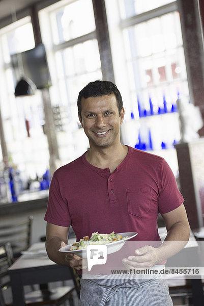Mann  geben  Innenaufnahme  Cafe  Schürze  Gericht  Mahlzeit