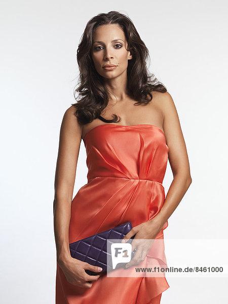 Frau im roten Kleid mit einer Clutch