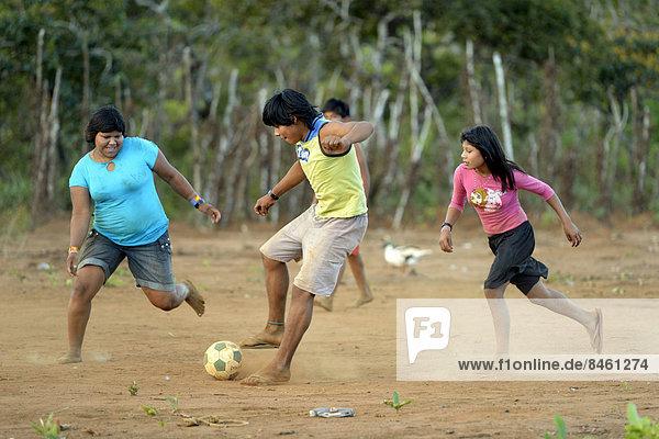 Jugendliche der Xavantes-Indianer spielen Fußball  Dorf Tres Rios nahe Sangradouro  Primavera do Leste  Mato Grosso  Brasilien