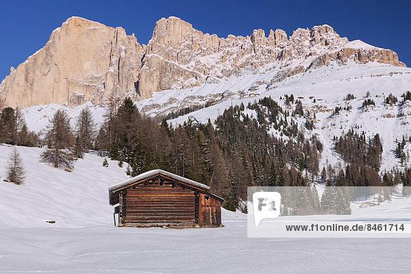 Der Berg Schlern  vorne eine Hütte  Seiseralm  Südtirol  Italien