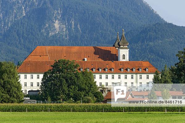 Kloster Schlehdorf mit Pfarrkirche St. Tertulin  Schlehdorf  Oberbayern  Bayern  Deutschland
