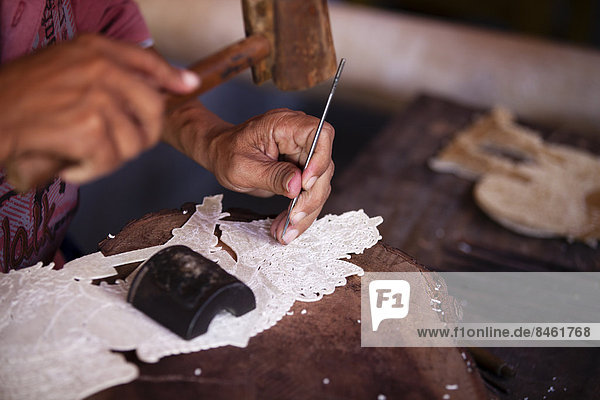 Künstler bei der Arbeit  Ubud  Bali  Indonesien