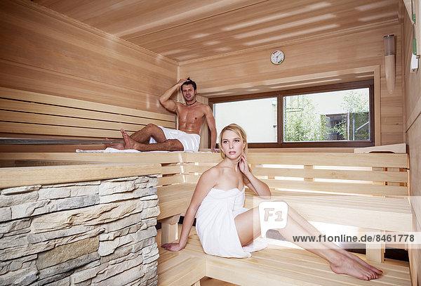 Frau und Mann in einer finnischen Holzsauna