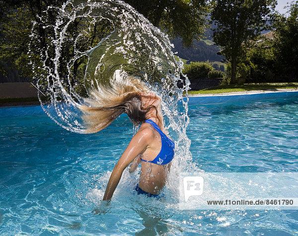 hoch oben Wasser Frau werfen Schwimmbad Himmel schwimmen auftauchen Haar