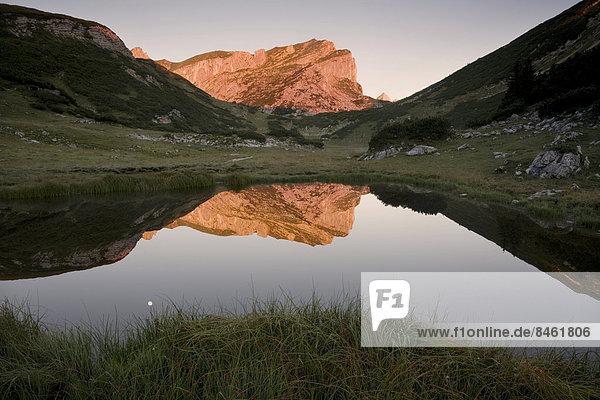 Rofanspitze im Morgenlicht spiegelt sich im Zireiner See  Rofangebirge  Tirol  Österreich Rofanspitze im Morgenlicht spiegelt sich im Zireiner See, Rofangebirge, Tirol, Österreich